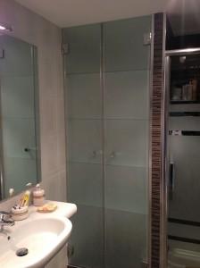 Armario de vidrio en baño
