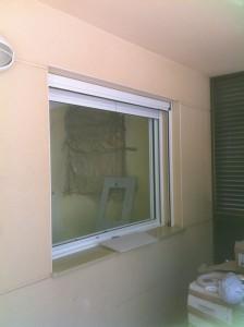 Ventana aluminio con mosquitera enrollable